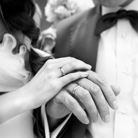 12022322-結婚指輪と、新郎新婦の手。モノクロのイメージ。